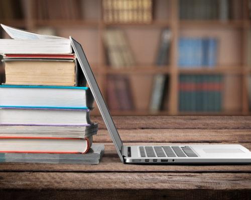 Betriebswirtin, Laptop und Bücher
